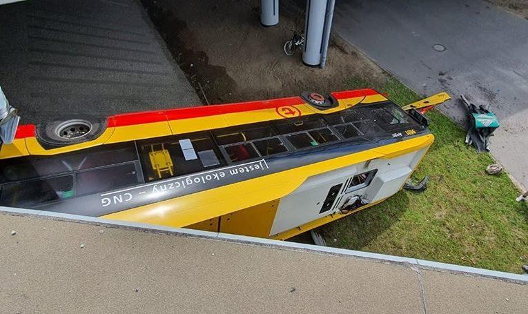 Warszawa: Wypadek autobusu na Wisłostradzie. Jedna osoba zginęła, ponad 20 rannych, w tym kilka ciężko