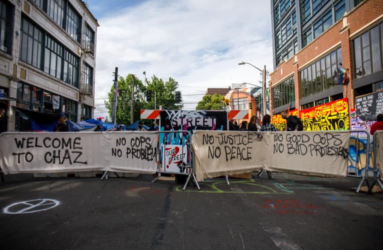 """Grupa protestujących w Seattle ogłosiła """"strefę autonomiczną""""."""