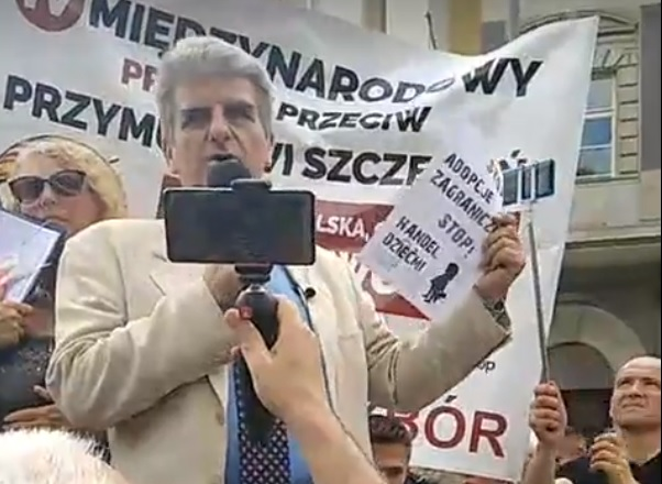 W Warszawie trwa protest przeciwko przymusowi szczepień.