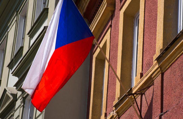 Czesi wpisują prawo do posiadania broni do konstytucji. W Polsce szykuje się nowelizacja przepisów w sprawie dostępu do broni czarnoprochowej.