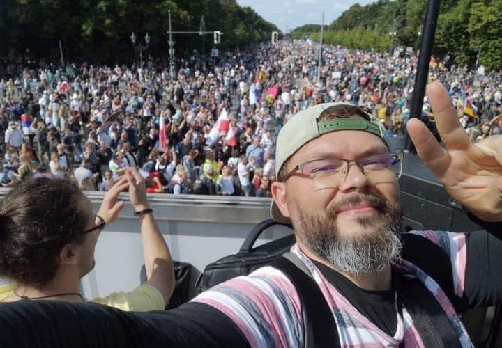 PROTESTY W BERLINIE: Ludzie pokazują siłę. Pierwszy raz w historii proklamowana za wszelką cenę demokracja ma szanse zatryumfować!