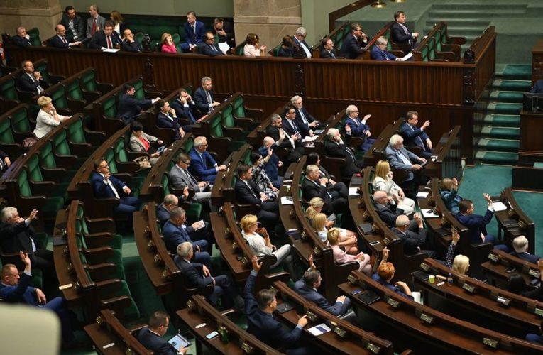 Podwyżki dla parlamentarzystów i samorządowców. Ustawa przyjęta przez Sejm RP