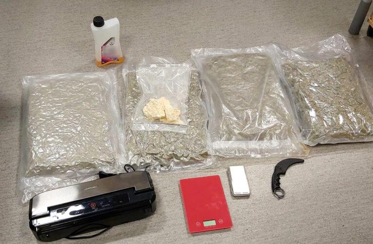 Warszawa: Ponad 4,5 kg narkotyków ukrytych w samochodzie i w mieszkaniu. Zatrzymano 40-letniego mężczyznę