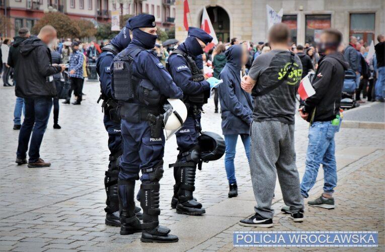 Koronawirus w Polsce. Działania policjantów wobec uczestników protestów we Wrocławiu i w Lubinie