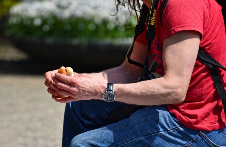 Koronawirus w Polsce. Za jedzenie lub picie, czy palenie papierosa na ulicy, można dostać mandat