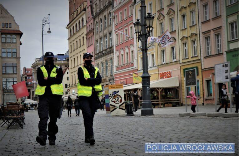 Koronawirus w Polsce. Policjanci pilnują przestrzegania zaleceń