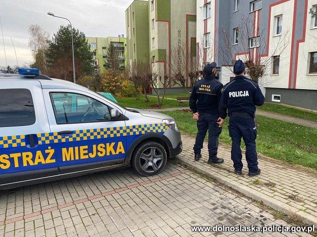 Policjanci wraz ze strażnikami miejskimi oraz żołnierzami wspierają służby sanitarne w czasie Covid-19