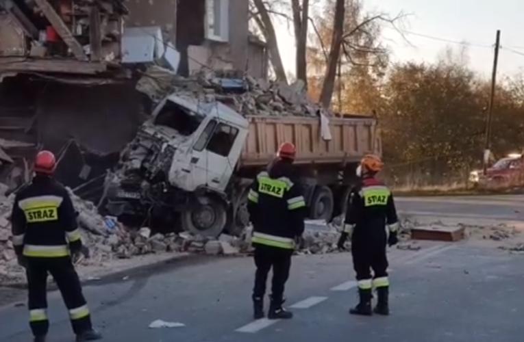 Piława Dolna: Ciężarówka wjechała w budynek [WIDEO]