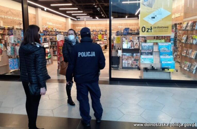 Koronawirus w Polsce. Policjanci wspólnie z sanepidem prowadzą kontrole sanitarne