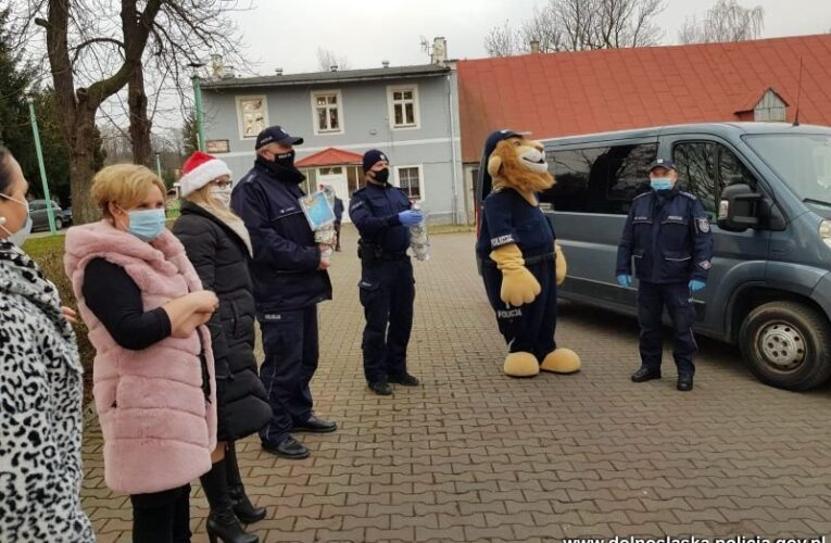 """Bardo: Policyjni Mikołajowie z prezentami dla pensjonariuszy DPS """"Zamek"""""""
