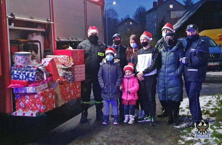 Głuszyca: Świąteczna paczka od policjantów i strażaków dla ciężko chorej 9-letniej Klaudii