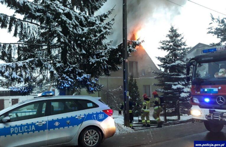 """Pasym: Policjanci """"drogówki"""" uratowali z płonącego domu 13-latkę i jej 64-letnią babcię"""