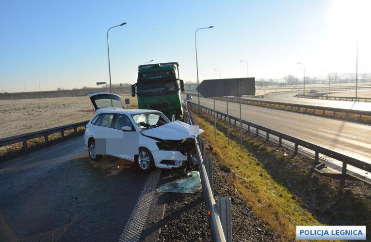 Tragedia na łączniku autostrady A4. Nie żyje kierowca samochodu osobowego