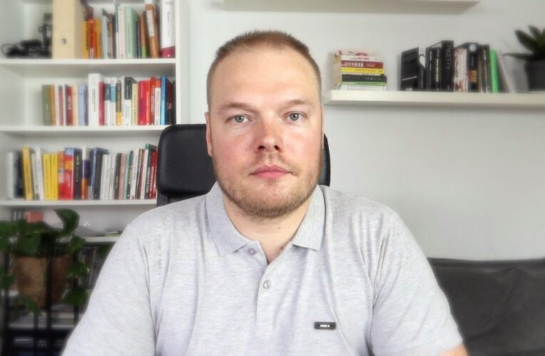 Lekarz Bartosz Fiałek apeluje do rządzących o zawieszenie wypłat 500 plus