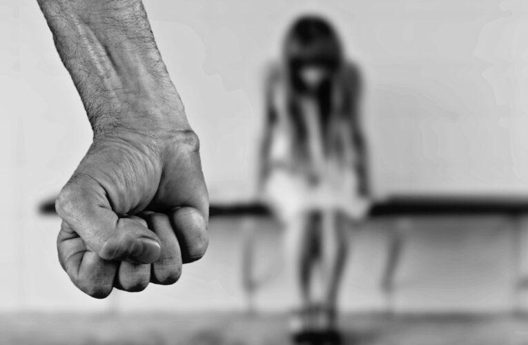 35-latek usłyszał zarzut znęcania się nad bliskimi. 12-letnią córkę dusił. Koszmar rodziny trwał kilka lat