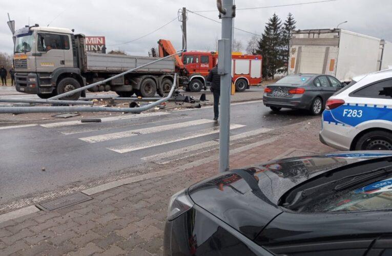 Tragiczny wypadek w Rzgowie. W zdarzeniu uczestniczyło pięć pojazdów. Zginęła jedna osoba