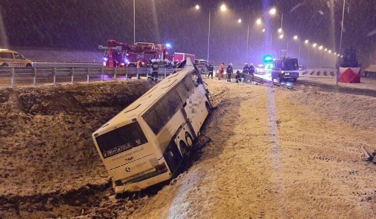 Podkarpackie: Tragiczny wypadek autokaru na autostradzie A4 przy zjeździe na MOP Kaszyce. Nie żyje jedna osoba