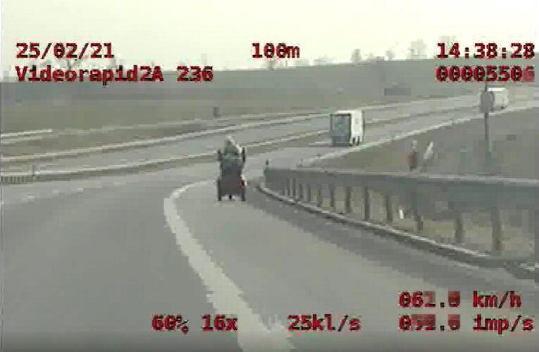 Wózkiem inwalidzkim po drodze ekspresowej