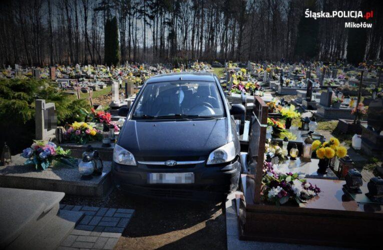 88-latek wjechał samochodem w cmentarną alejkę. Uszkodził 22 nagrobki