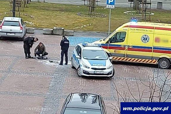 Policjanci podczas służby ugasili płonącego mężczyznę