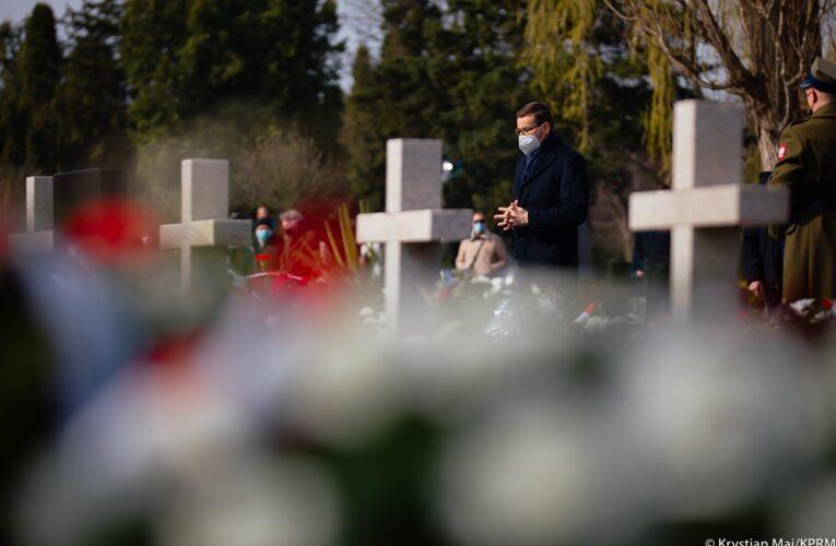Premier Mateusz Morawiecki uczcił pamięć ofiar w 11. rocznicę tragedii smoleńskiej