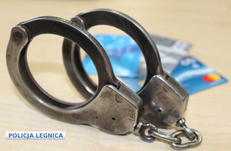 Legnica: Kradła pieniądze z konta seniorki, którą się opiekowała