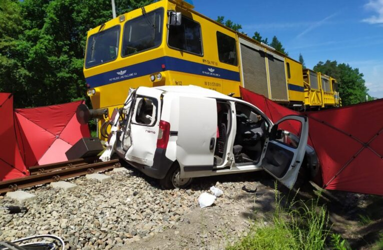 Brzeźnica: Tragedia na przejeździe kolejowym. Nie żyje młoda kobieta