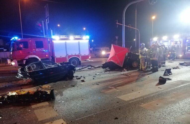 Tragiczny wypadek w Rzgowie. BMW uderzyło w latarnię, zginęły trzy osoby