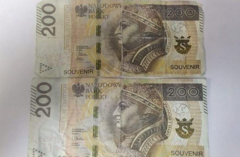 "Zapłacił za zakupy banknotem z napisem ""souvenir"""