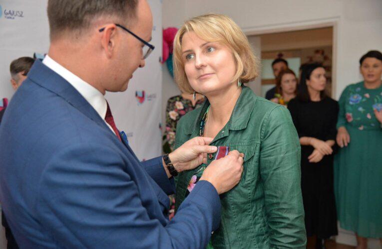 Rzecznik Praw Dziecka wręczył Złoty Krzyż Zasługi szefowej Fundacji Gajusz